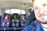 Otec oddělil trojčata v autě deskami, aby se nehádala