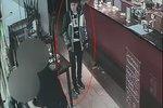 Bitka v baru na Opatově: Zákazníka surově zmlátila obsluha. Skončil v bezvědomí a okradený