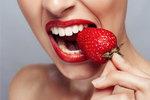 Za nezdravým chrupem stojí mnohdy zdánlivě nevinně vypadající potraviny. Tušili jste třeba, že kyselé okurky a kyselé salátové zálivky patří mezi hlavní viníky opotřebování zubů? Vedle kvalitní zubní pasty, kartáčku a ústní vody je tak zapotřebí hlídat si i jídelníček. Co když se ale těchto potravin nechcete vzdát? Nechte si poradit, co dělat, když si některé z potravin či nápojů přece jen neodpustíte.