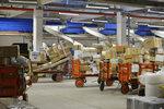 Zvládne Česká pošta doručit balíky včas? Malešická třídírna před Vánoci praská ve švech