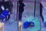Vánoční neštěstí: Chlapce v obchodě pořezaly střepy z prasklých dveří