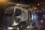 Dopravní komplikace na Černém Mostě: U nájezdu na dálnici hořel kamion