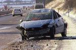 Na D11 se převrátilo auto se ženou i dítětem. Na místo musel vrtulník