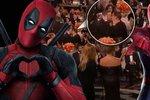 Ta mlaskla! Deadpool na Zlatých glóbech políbil Spider-Mana