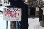"""Na stromě v Dejvicích """"roste"""" oblečení. Lidé pomáhají bezdomovcům"""