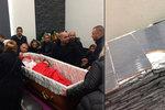 Nad rakví romského milionáře se strhla rvačka: Smuteční hosté poničili katafalk