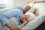 Spíte déle než devět hodin denně? Možná je za tím Alzheimer a stařecká demence