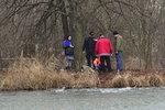 V rybníku u Újezdu nad Lesy byla mrtvola: Těla pod ledem si všiml kolemjdoucí