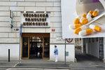 Hazard se zdravím pacientů. Nemocnice v Praze nutí doktory do laciných léků