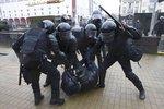 Bělorusko zadrželo obránce lidských práv. Zatklo i kandidáta na prezidenta