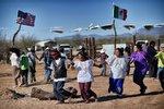 Indiánský kmen bojuje proti Trumpově zdi. Na protest zpívá a tančí