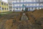 U školy v Braníku vykopali jámu. Díky nádrži budou mít vodu celý rok