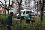 Jarní úklid v Praze 11: Jižní Město čistí po zimě chodníky a kácí stromy