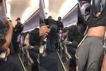 Společnost, která lékaře násilně vyhodila z letu: Všechny z letadla odškodníme