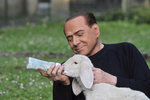"""Berlusconi chce zpátky do politiky. """"Zachraňuje"""" kvůli tomu jehňata"""