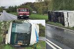Autobus plný dětí skončil v příkopě kvůli chybě řidiče: Neodhadl šířku silnice