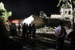 Děsivá železniční nehoda: Vlak vykolejil a narazil do domu! Dva lidé mrtví, sedm zraněných