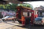 Kamion na Smíchově strhl trolej: Tramvaje místem skoro tři hodiny nejezdily