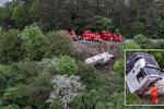 Cisterna s 28 tunami cementu se zřítila ze srázu na Chrudimsku: Řidič jako zázrakem přežil