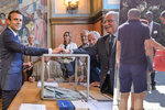 Volby ve Francii: Policie šacuje zavazadla, účast kulhá za předchozími roky