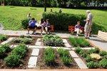V Krči vzniklo hřiště s komunitní zahrádkou. Postarají se o ni sousedé