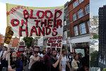 """""""Mají na rukách krev!"""" Po děsivém požáru vtrhli lidé na radnici v Londýně"""
