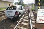 Řidička sjela autem do kolejí, byla v šoku. Zastavila vlaky u Kralup