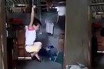Pěstounka pověsila holčičku (5) za zápěstí do vzduchu: Kvůli tomu, že vypila mléko