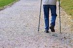 Senior (68) o holích upadl na ulici: Falešný zachránce ho při pomoci okradl