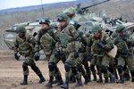 """Tisíce ruských vojáků se přesouvají na západ. """"Nebojte se,"""" chlácholí Kreml Evropu"""