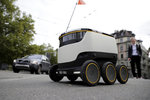Konec pošťaček? Švýcaři poslali do ulic roboty. Mají rozvážet i jídlo a léky