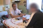 Robert (70) dluží 200 tisíc korun: Půjčil jsem je synovi, teď roznáším letáky