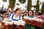 V Mnichově odstartoval Oktoberfest. Tuplák piva tam pod 270 korun neseženete