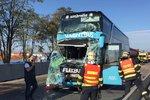 U Zdib se srazil autobus s náklaďákem: Dálnice D8 ve směru na Prahu je uzavřená