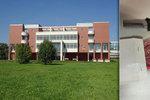 Student s nožem narušil v Hradci univerzitní ceremoniál: Mluvil o inkvizici a mučení studentů
