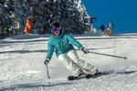 Tisíce lyžařů nalákal čerstvý sníh a sluníčko. Hory hlásí rekordní návštěvnost