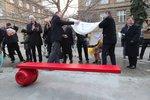 Havlovo alter ego má v Praze 6 vlastní lavičku. Umělecký kousek doplňuje citát z Audience