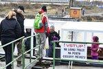 Přes Vltavu v Troji jezdí přívoz: Dočasně nahradil zřícenou lávku