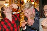 Party muzikálových hvězd: Panáky hruškovice do sebe lili Háma, Vojtko nebo Kopečný