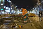 Na nohou od brzkého rána: 150 lidí a 30 strojů čistí Prahu po bujaré oslavě nového roku