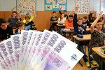 Lidí na Jesenicku dramaticky ubývá: Studenty se snaží koupit penězi, 4000 korun pro každého