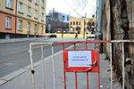 Hrozí, že spadne a někoho zraní! Zeď v ulici Pod Táborem chce Praha opravit