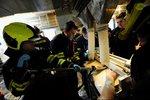Dělníkovi musel lékař uříznout ruku pilou přímo v továrně! Zasekla se mu do stroje