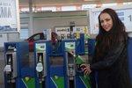 Ceny nafty a benzinu letí dál dolů. Nejvíc zaplatí šoféři v Praze, nejméně na Ústecku a jihu Čech