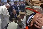 Papež poskytl útěchu ženě zákona. Spadla z koně, kterého vyděsil papamobil