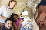 Doktor mimo službu přivedl na svět miminko ve výšce 10 km nad zemí. Žena začala rodit v letadle