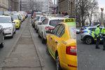 Taxikářská stávka, den první: Odhodlaná policie, naštvaní řidiči a dročkaři bojující proti nečinnosti politiků