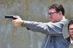 """Poslanec se nafotil se zbraní, ke snímku přidal i """"výhrůžku"""". Incident šetří policie"""