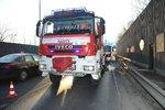Kolony ve Kbelské ulici: Hasiči likvidovali požár protihlukové stěny, zásah blokoval dopravu