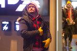 Orlando Bloom v Česku kašle na pravidla: Pašoval do kina psa!